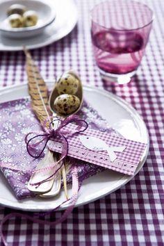 Un marque-place en papier pour repas de Pâques
