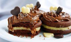 Biscuiții sunt într-atât de gingași încât se topesc în gură. Acest desert festiv cu cremă fină de cocos în interior și acoperiți cu cremă ciocolătoasă vă va încânta papilele gustative! INGREDIENTE (pentru 10-15 biscuiți): Pentru aluat; -250 gr de făină; -25 gr de cacao; -100 gr de zahăr; -200 gr de unt; -2 gălbenușuri; -2 lingurițe praf de copt. Pentru crema de cocos: -3 gălbenușuri; -50 gr de zahăr; -20 gr de făină; -200 gr de lapte fierbinte; -40 gr fulgi de cocos. Pentru crema decor: -200…