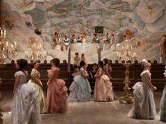 Los vestidos pertenecen a la última época del siglo XIX, período de la era victoriana