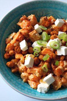 Zoete aardappelsalade met feta en krokante kikkererwten