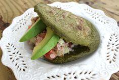 Arepas Fit de Espinaca, Kale (Col Rizada) y Cilantro. Nutritiva, fácil y deliciosa. Aquí la receta What You Eat, Empanadas, Polenta, Going Vegan, Avocado Toast, Kale, Baked Potato, Cilantro, Salads