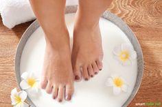 Hornhaut an den Füßen? Zur Entfernung brauchst du keine teuren Cremes und Geräte. Babyweiche Füße bekommst du auch mit einfachen Hausmitteln!