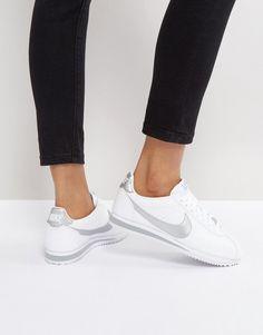 ¡Consigue este tipo de deportivas de Nike ahora! Haz clic para ver los detalles. Envíos gratis a toda España. Zapatillas de deporte de cuero en blanco y plateado clásicas Cortez de Nike: Zapatillas de deporte de Nike, Exterior de cuero, Cierre de cordones, Logo de Nike en el panel lateral, Acolchados para mayor comodidad, Diseño clásico, Dibujo moldeado, Limpiar con un paño húmedo, Exterior: 100% cuero auténtico. Nike domina la industria de la ropa de deporte dando un toque fresco y ...