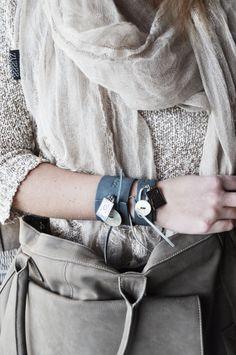 Zusss | Smalle en brede leren armbanden in een grijs blauwe kleur l www.zusss.nl