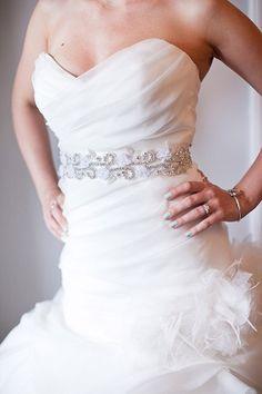 Como hacer un cinturon para vestidos de novia. Si ya tienes casi todo listo para ese dia tan importante, como tu boda pero sientes que le hace falta un accesorio a tu vestido. En esta oportunidad les compartimos una idea de como hacer un cinturon para vestidos de novia. Materiales: -Liston -Detalles para decorar -Pegamento Paso a paso: [1]Coloque la cinta sobre una superficie plana y comienza a colocar sus apliques en un patrón que le guste. [2]Usa un cepillo pequeño o palillo para aplicar…