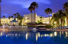 6. Sol Lanzarote, Puerto del Carmen, Lanzarote Das Hotel befindet sich in Matagorda, gleich neben dem Strand von Matagorda und in der Nähe des Einkaufszentrums Matagorda. Die schöne Umgebung des Schwimmbads, mit seinen verschiedenförmigen Schwimmbecken, ist der perfekte Ort für entspannende Tage. Der Poolbereich der Anlage ist von Sonnenliegen und Sonnenschirmen umgeben, die Schwimmbecken haben ...