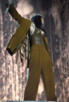 Rihanna puts on a very sexy display in low-cut leather khaki bralet Mode Rihanna, Rihanna Style, Rihanna Fenty, Rihanna Outfits, Stage Outfits, Rihanna Dress, Divas, Look Fashion, Fashion Outfits