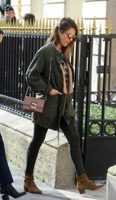 En quelques heures seulement, elle est passée de casual à sensual ! Jessica Alba a plus d'un tour dans sa valise. En voyage à Paris pour la fashion week, l'actrice devenue femme d'affaires a une nouvelle fois impressionné les fans, en affichant des looks parfaits de jour comme de nuit, ce jeudi 3 mars.