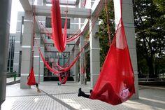 Héctor Zamora es una artista mexicano que crea obras a gran escala en espacios públicos. Los materiales que Zamora utiliza en cada instalación tienen un significado específico para el sitio donde se encuentran. El artista invita a la comunidad local a interactuar con sus instalaciones, de esta manera la mayoría de sus obras envían un […]