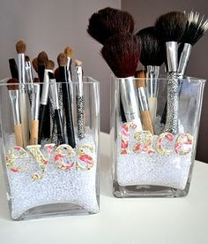 Marvelous Makeup Storage Ideas 7 DIY Make up Storage Ideas. I like the beads, magnet and roll up DIY Make up Storage Ideas. I like the beads, magnet and roll up bag. Diy Makeup Brush, Makeup Brush Storage, Makeup Storage On A Budget, Makeup Jars, Cosmetic Storage, Make Up Organizer, Make Up Storage, Storage Ideas, Organization Ideas