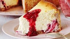 Frozen Strawberry Layer Cake - Weight Watchers recipe - Slice an angel food cake into thin slices, layer with strawberries and frozen yogurt, then freeze for 6 hours. 5 points plus per serving. Köstliche Desserts, Frozen Desserts, Dessert Recipes, Frozen Cake, Ww Recipes, Light Recipes, Great Recipes, Favorite Recipes, Gourmet