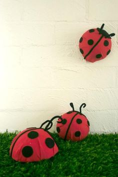 Ladybug decorations - Wonder what she used for the body? Any ideas? Maybe a popped bouncy ball?