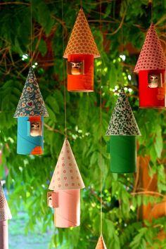 Rolinhos de papel higiênico reciclados decoram o jardim.