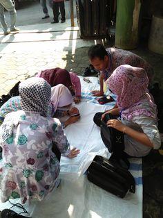 Proses Membatik di Halaman Depan Showroom Griya Batik Mas Showroom, Fashion Showroom