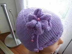 cappello con fiore o coccarda in lana