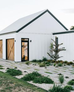 White barn in Australia with landscaped front garden by Kathleen Murphy Landscapes. White barn in Australia with landscaped front garden by Kathleen Murphy Landscapes. Barn House Design, Modern Barn House, Barns Sheds, Shed Homes, Cabin Homes, Log Homes, White Barn, White White, Australian Homes