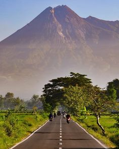 Tropical Landscaping, Front Yard Landscaping, Mount Merapi, Cool Pictures, Beautiful Pictures, Black Background Images, Exposure Time, Holiday Places, Yogyakarta