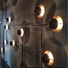 Luminária de parede / instalação luminosa criada por Emiliano Salci e Britt Moran, do Dimore Studio, na Dimore Gallery.