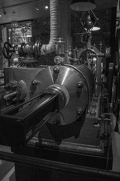er was steeds meer vraag naar machines. zo werd de stoommachine uitgevonden. hierdoor konden spullen makkelijker vervoerd worden en werd het werken steeds makkelijker.