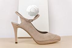 #Zapato en #ant con #pulsera #hebilla #níquel, #plataforma y #tacón de 9cm en #charol #beige #shoes #zapatos #moda #madeinspain BUY//COMPRAR: www.jorgelarranaga.com/es/home/434-457.html