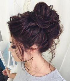 Curly Messy Bun Long Hair hair 2020 40 Chic Messy Updos for Long Hair Messy Bun Hairstyles, Hairstyles With Bangs, Straight Hairstyles, Wedding Hairstyles, Curly Haircuts, Hairstyle Ideas, Hairdos, Bridesmaid Hairstyles, Party Hairstyles