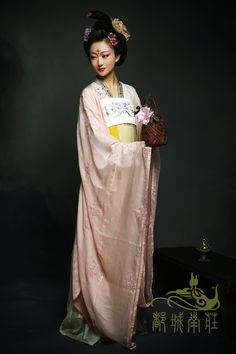 Traditional Chinese clothes, hanfu, in Tang dynasty style. 都城南庄