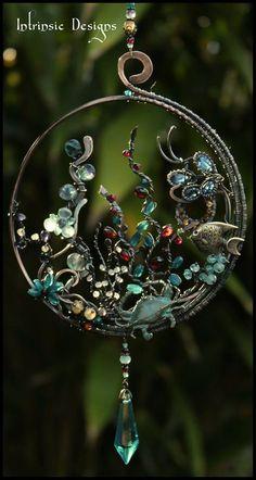 Intrinsic Design Suncatcher Source by chegewald Wire Wrapped Jewelry, Wire Jewelry, Jewelry Art, Jewelery, Wire Crafts, Bead Crafts, Jewelry Crafts, Sun Catcher, Wire Weaving