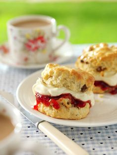 English tea party: the best part of a proper British tea, currant scones with clotted cream and strawberry preserves Finger Sandwiches, Mini Scones, Fruit Scones, English Scones, Croissants, Afternoon Tea Parties, Afternoon Tea Menu Ideas, Mid Afternoon, Tea Parties
