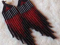 Red and Black Seed Bead Earrings von ArtskilsEarrings auf Etsy