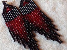 Red and Black Seed Bead Earrings von ArtskilsEarrings auf Etsy