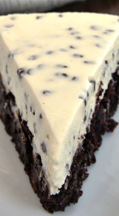 Chocolate Chip Cheesecake with Brownie Crust Recipe ~ Two desserts in one is always a win! Chocolate Chip Cheesecake with Brownie Crust combines brownies and cheesecake for a delightful dessert experience Delicious Cake for everyday Just Desserts, Delicious Desserts, Yummy Food, Awesome Desserts, Raw Desserts, Yummy Treats, Sweet Treats, How Sweet Eats, Sweet Recipes