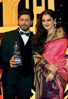Embedded image permalink-King Khan with Rekhaji García Gulino SRK bags the award for Best Popular male actor. Indian Celebrities, Bollywood Celebrities, Bollywood Stars, Bollywood Fashion, Pakistani Outfits, Indian Outfits, Rekha Saree, Rekha Actress, Stylish Sarees