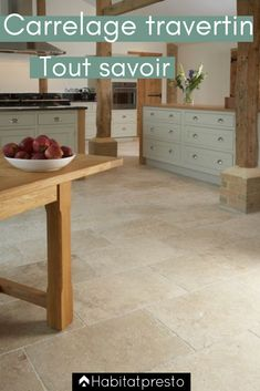 Travertine tiles: prices, installation and advice to find out everything! From floor to ceiling, passing through the terrace, travertine adapts to any room and any style. You don't know this natural stone tile yet or want to know more? Limestone Flooring, Travertine Tile, Wooden Flooring, Wooden Kitchen Floor, Kitchen Flooring, Tiles Price, Bright Kitchens, Stylish Kitchen, Minimalist Interior