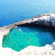 Piscina natural em Thassos na Grécia  Alguém mais sonhando com esse mergulho??