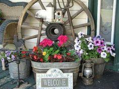 Gorgeous Cheap Front Yard Decorating with Wagon Wheel - Arredamento estivo Galvanized Tub Planter, Wagon Wheel Decor, Summer Porch Decor, Front Yard Decor, Front Porch, Flea Market Gardening, Gardening Hacks, Estilo Country, Old Wagons