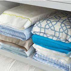 Bettwäsche zusammenlegen und im Kissen aufbewahren
