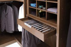 EmmeBi - ATLANTE  Der Atlante ist ein begehbarer Kleiderschrank, der die Individualität und Exklusivität  des persönlichen Geschmacks eines jeden ausdrücken kann. Die Schränke werden für jede Umgebung ad hoc gefertigt, für jeden Kunden und für die unterschiedlichsten Anforderungen wird jedes Stück so konzipiert, geplant und gefertigt, wie es der Kunde schon immer geträumt hat. Sie werden wie ein maßgeschneidertes Kleid geschnitten und produziert und passen sich daher jedem Raum an. Ad Hoc, Closet, Home Decor, Walk In Wardrobe, Environment, Homemade Home Decor, Closets, Cabinet, Interior Design