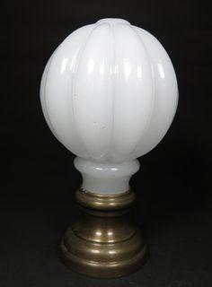 Baccarat - pinha opalina francesa, sec. XIX, cor branca, moldada na forma de gomos, base de bronze. med: 14,5 cm de altura. Vendido R$825,00.Nov14.