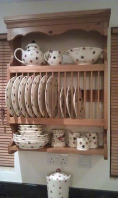 Country Kitchen Shelves, Farmhouse Kitchen Cabinets, Diy Kitchen Storage, Shabby Chic Furniture, Shabby Chic Decor, Painted Furniture, Emma Bridgewater, Plate Racks In Kitchen, Cabin Kitchens