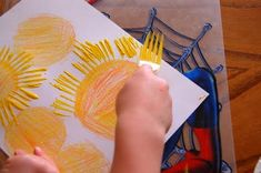 Sun Craft using Fork Painting could also make flowers clouds rain wind fogusing forks and cotton balls to paint. The post Starburst Craft using Fork Painting appeared first on Easy Crafts. Cool Art Projects, Projects For Kids, Crafts For Kids, Toddler Crafts, Sun Crafts, Summer Crafts, Easy Crafts, Preschool Weather, Preschool Crafts