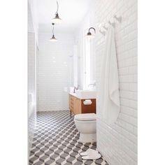 """Quem aqui também curte esses azulejinhos com cara de antiguinho? . Chamados de""""subway tiles"""", ou seja, azulejos de metrô, eles são inspirados no revestimento dos metrôs de Londres e Paris e é super tendência, principalmente pra quem ama decoração estilo industrial e escandinavo. (Como eu ). Esse banheiro além de ser todo revestido nele, olha que lindão o piso! Amo estampa geométrica!  {via pinterest} #decoraçãopravocê #banheirodpv"""