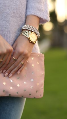 Crew lilac sweater off. It is the perfect casual date night sweater. Estilo Glamour, Studded Clutch, Pink Clutch, Cute Stars, Casual Date, Rhyme And Reason, Fashion Beauty, Womens Fashion, Mode Inspiration