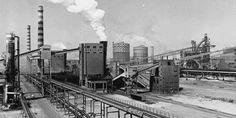 Taranto ed il mostro che ha prodotto l'acciaio del boom economico A Taranto nel 1961 nasce la più grande acciaieria d'Europa, che nel 1964 diventerà l'Italsider (Ilva), una colossale fabbrica che occupa oltre 600 ettari di superficie (fino ad arrivare a 1500 in seguito), attorno alla quale, si svilupperà la città di Taranto. Ma, sono sempre più insistenti le voci secondo cui, a causa del complesso industriale, l'inquinamento è fuori controllo e l'aria è irres Utility Pole, New York Skyline, Train, Culture, Grande, Europe, Strollers, Trains