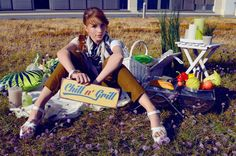 Chill'n Grill Ab ins Grüne und angrillen! Pauline trägt ein weißes Shirt (4,99 Euro), Hose (29,99 Euro), Tuch, Kette, Armreif (je 9,99 Euro) von H & M. Damit ist sie bestens gerüstet für die erste Party im Freien. #Grillzeit #Party #Sommer #AlleeCenter #Magdeburg #MagMag https://mag-mag.de/ab-ins-gruene-und-angrillen/