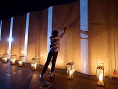 Donderdag 11 september: De 11-jarige Logan Hurwitt raakt de naam van zijn oom aan op het herdenkingsmonument in New Jersey voor de overledenen van de aanslagen van 11 september 2001.