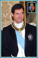 Monseigneur le prince Louis de Bourbon, duc d'Anjou est l'aîné des Capétiens et le successeur légitime des rois de France. Chef de la Maison de Bourbon, il descend en ligne directe d'Henri IV premier
