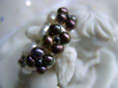 Dieser Bandring aus weißen und lila grauen Süßwasserperlen und Bergkristall ist ein schöner und ausgefallener Ring, der ein neues Heim sucht.  Elegant