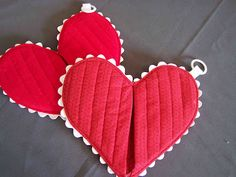 Heart hot pads - step by step tutorial./ Agarraderas corazon - tutorial paso a paso. Fabric Crafts, Sewing Crafts, Sewing Projects, Diy Crafts, Sewing Patterns Free, Free Sewing, Sewing Tutorials, Sewing Hacks, Homemade Valentines