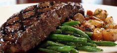 Bord vol eenvoud - sondag nostalgie - Biefstuk, groenboontjie en dadel soet patat Sondag genot:! South African Dishes, South African Recipes, Tender Steak, Juicy Steak, Baked Potato Bar, Cooking The Perfect Steak, Easy Steak Recipes, Beef Steak, How To Cook Steak