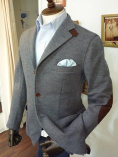 Great color combo / Dark grey / sea blue / love the elbow patch + collar detail